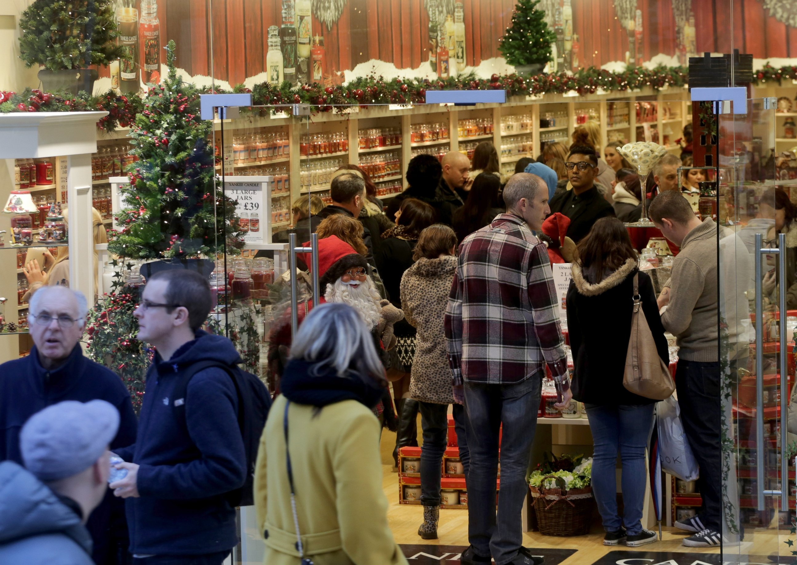 GTY shopping xmas 131223 Shoppers Play Grinch, Squeezing Retailers
