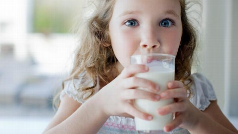 gty milk drinking child jef 121023 wblog Organic Food for Kids: Buy This, Not That