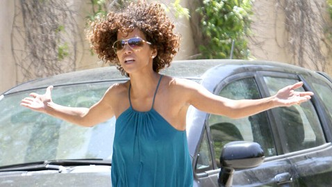 ffn halle berry pissed paparazzi thg 120531 wblog Halle Berrys Annoying Paparazzo May Help Her Custody Case
