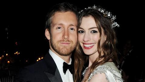 gty anne hathaway adam schulman thg 111128 wblog Anne Hathaway Engaged to Adam Shulman