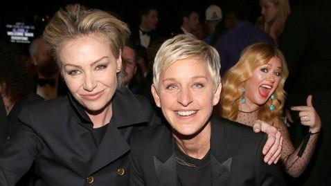 gty ellen degeneres portia de rossi kelly clarkson ssmain lpl 130211 wblog Kelly Clarkson Photobombs Ellen DeGeneres at Grammys