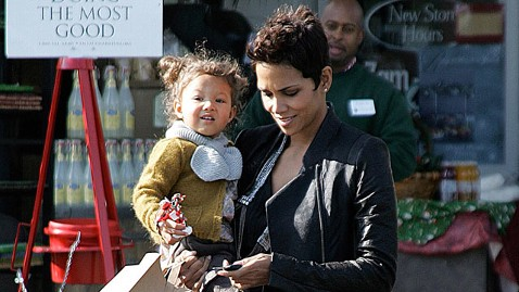 gty halle berry dm 121112 wblog Halle Berry Not Allowed to Move to France with Daughter, Says Report