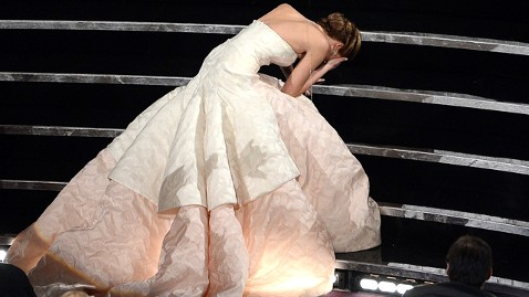 gty jennifer lawrence fall thg 130224 wblog Oscars 2013 Social Media Moments: Jennifer Lawrence, Adele and Michelle Obama