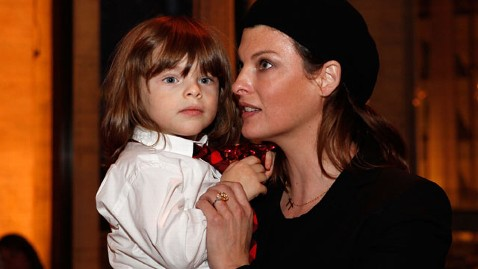 gty linda evangelista augie wy 120502 wblog Linda Evangelista Takes Salma Hayeks Hubby to Court for Child Support