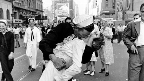 gty time square kiss jp 120502 wblog Book Names Iconic Times Square Kissing Couple From World War II