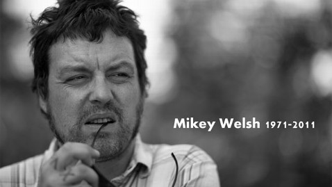 ht Mikey Welsh tribute jt 111009 wblog Ex Weezer Band Member Mikey Welsh Found Dead in Chicago Hotel
