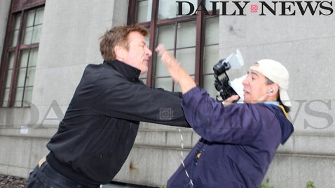 ht alec baldwin hits photographer thg 120619 wblog Photog Says Alec Baldwin Charged Like Raging Bull