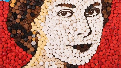 ht cupcake queen jrs 120509 wblog Queen Elizabeth IIs Portrait Made of Cupcakes