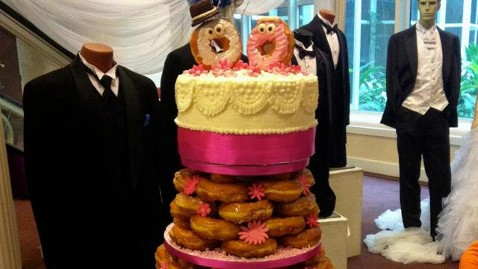 ht dunkin donuts wedding cake jef 130408 wblog Bakery Creates Glazed Donut Wedding Cake