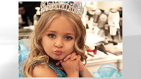 ht isabella barrett dm 120112 wblog Toddlers & Tiaras Competitor Isabella Barrett, 5, Criticizes Rival, 3, for Hooker Costume