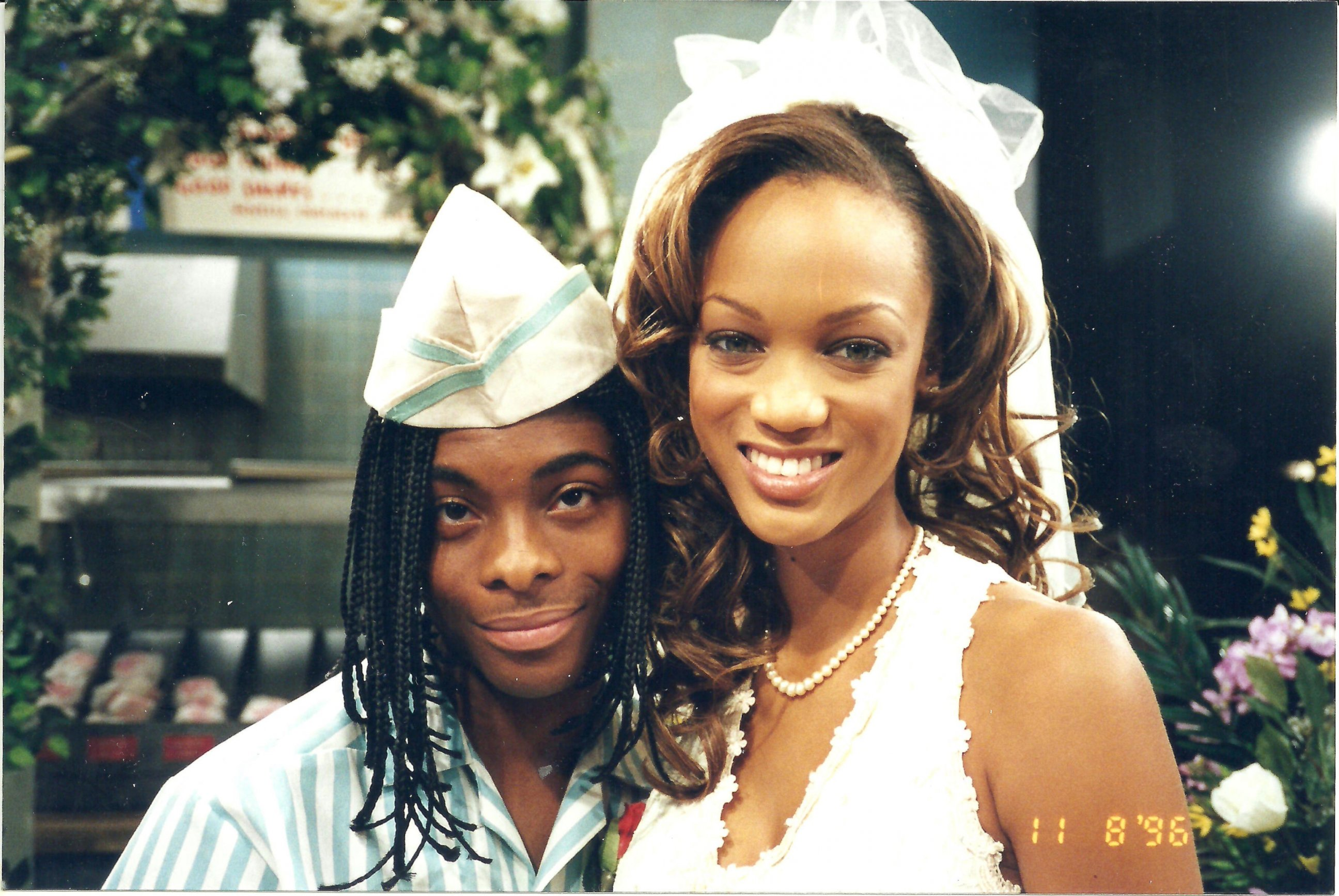photo while in his good burger ed costume kel mitchell poses with all that guest star tyra banks abc news