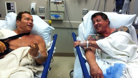 ht schwarzenegger stallone wy 120209 wblog Schwarzenegger, Stallone: Friends Who Have Surgery Together