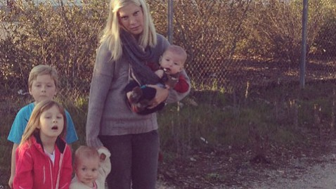 ht tori speling tweet nt 130207 wblog Tori Spelling Stranded With Four Kids After Car Breaks Down