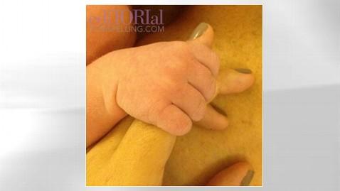 ht tori spelling baby finn hand thg 120831 wblog Its a Boy for Tori Spelling