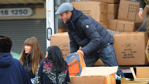 in justin timberlake jessica biel sandy relief thg 121112 wblog Justin and Jessica Among Stars Aiding Sandy Victims