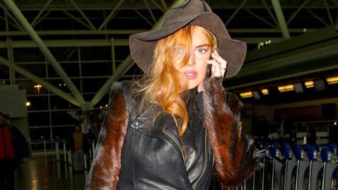 spl lindsay lohan airport thg 130130 wblog Lindsay Lohan Races Back to LA