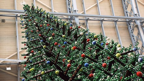 zp lego christmas tree london thg 111130 wblog 33 Foot Tall LEGO Christmas Tree Decorates London Train Station