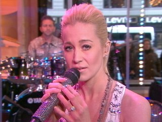 VIDEO: Kellie Pickler Performs 'Mother's Day' Live on 'GMA'