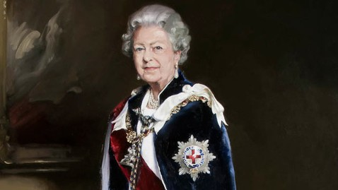 HT queen elizabeth dm 130530 wblog Queens Portrait Compared to a Bloke Wearing a Wig