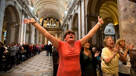 ap argentina pope reaction ll 130313 wblog Hispanics and the World Celebrate Argentinean as Pope Francis
