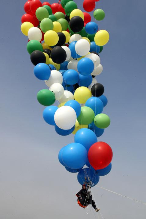 ap south african balloonist 02 jef 130408 vblog Balloon Man Floats From Mandela Jail to Mainland SA