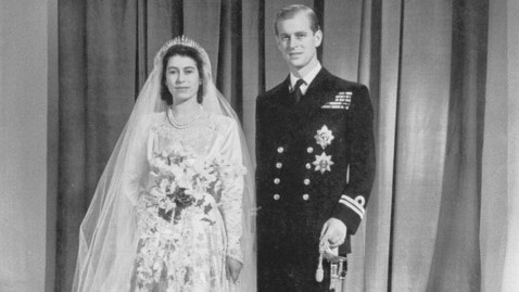 gty queen elizabeth duke phillip 1947 wedding thg 121120 wblog Queen Elizabeth and Prince Philip Celebrate 65th Anniversary