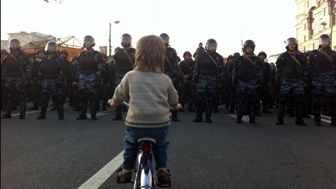 ht boy russian police nt 120508 wblog Boy on a Bike Becomes Moscows Tiananmen Image