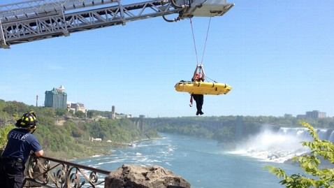 ht niagara falls rescue nt 120521 wblog Unidentified Man Survives Niagara Falls Plunge