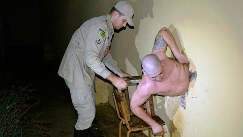spl rafael valadao jp 121206 wblog Escaping Brazilian Prisoner Gets Lodged in Wall