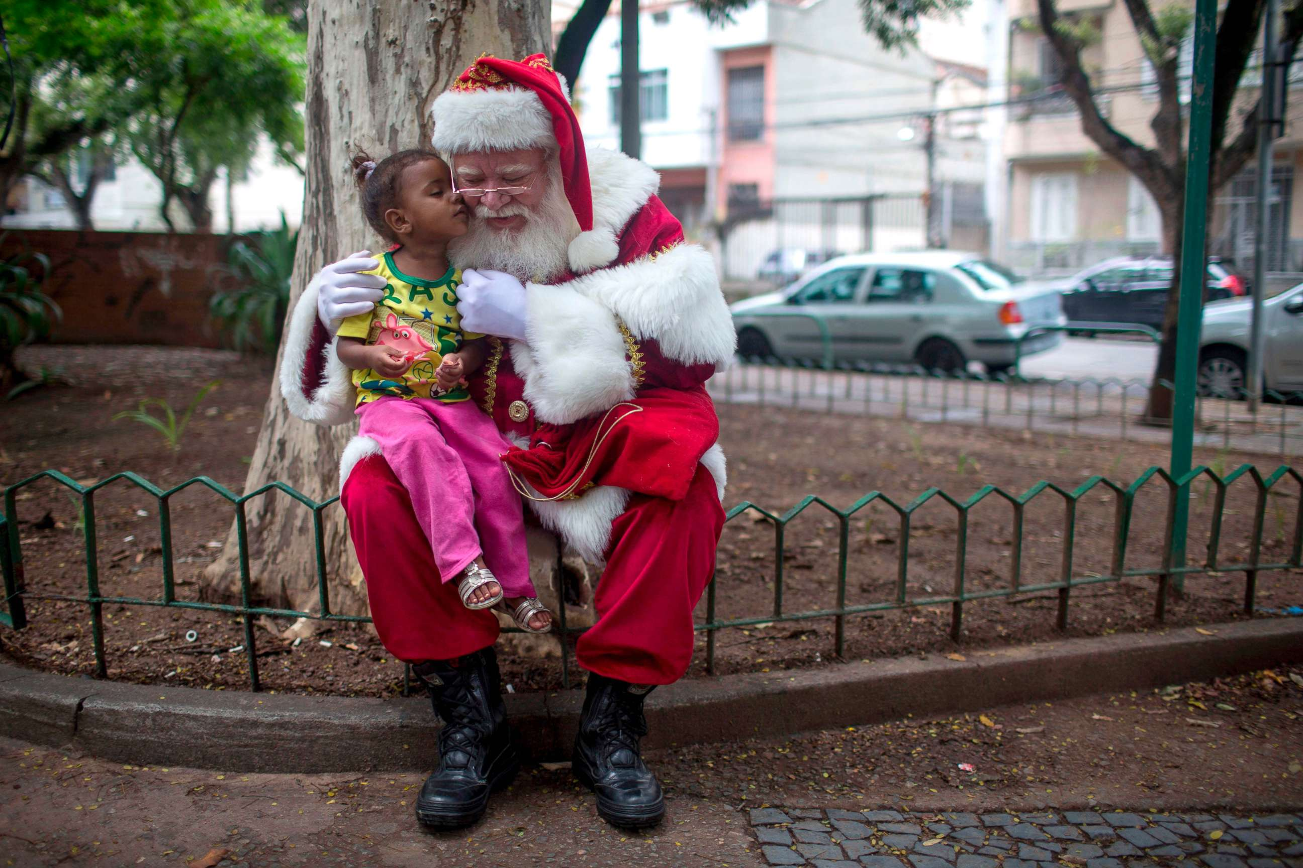 a professional santa claus poses for pictures with a young girl to celebrate the end of the christmas season in rio de janeiro dec 26 2017 - Santa Claus Santa Claus Santa Claus