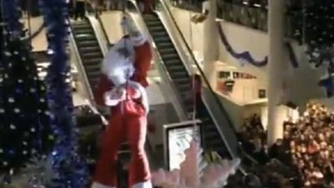 ht santa hang mi 121120 wblog Santas Daring Mall Stunt Leaves Him Hanging in Mid Air