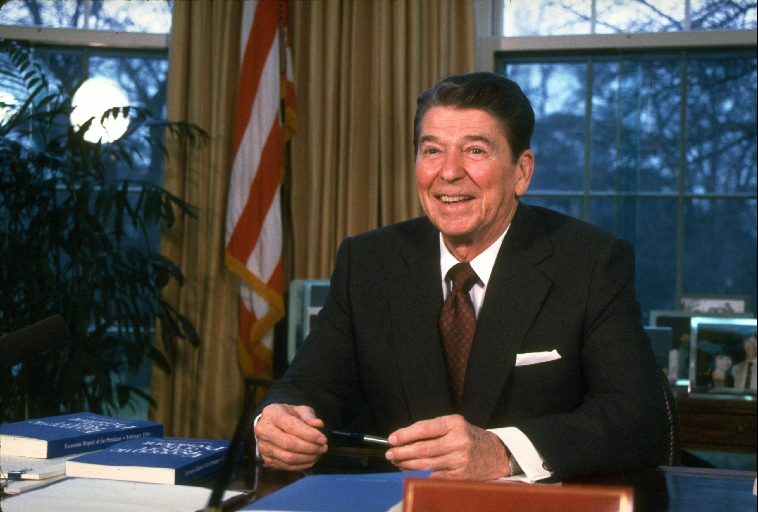 filethe reagan library oval office. photo president ronald reagan working on economic report and legislative message at his desk in the oval office of white house feb 1 filethe library
