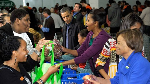 ap first family thanksgiving food bank ll 111123 wblog First Family Stuffs Sacks at D.C. Food Bank