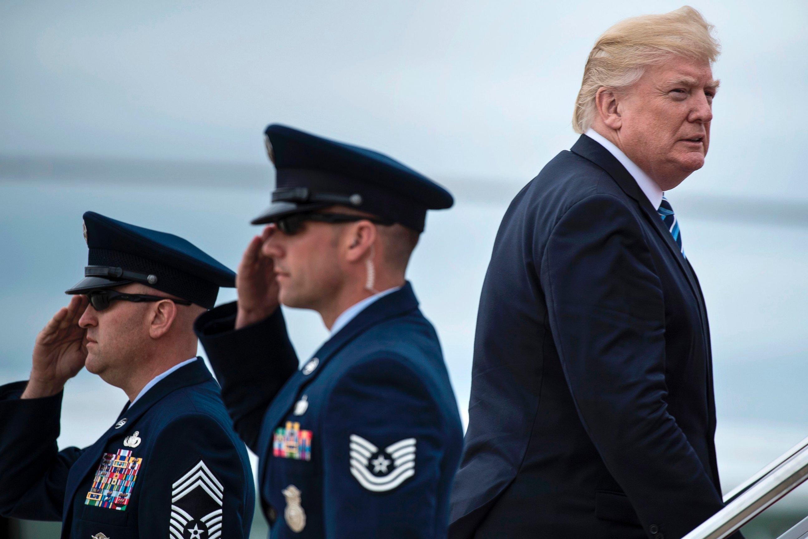 Fragilizado, Trump deixa os EUA para viagem perigosa