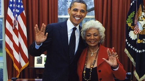 ht twitter obama vulcan Nichelle Nichols thg 120404 wblog Courting Nerd Vote, Obama Flashes Star Trek Salute With Nichelle Nichols
