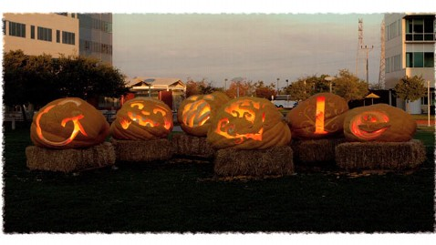 ht google doodle video grab thg 111031 wblog Happy Halloween! Google Doodle Marks All Hallows Eve With Pumpkin Carving