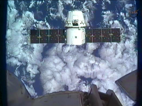 ht spacex approaching 2 ll 120525 wblog SpaceX Dragon Docks With Space Station; Success for Private Enterprise in Orbit