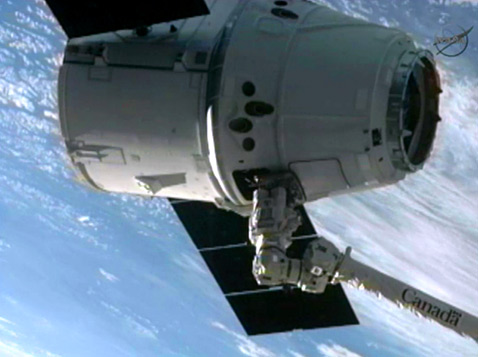 ht spacex iss robotic arm 2 ll 120525 wblog SpaceX Dragon Docks With Space Station; Success for Private Enterprise in Orbit
