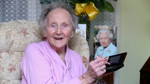 swns 100 year old video gamer thg 120202 wblog Centenarian Keeps her Mind Sharp with Nintendo DS