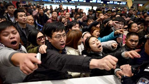 gty chinas Kunming Changshui airport delays protests thg 130109 wblog 10,000 Chinese Air Travelers Clash With Police