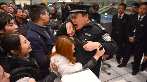 gty chinas Kunming Changshui airport delays protests woman thg 130109 wblog 10,000 Chinese Air Travelers Clash With Police