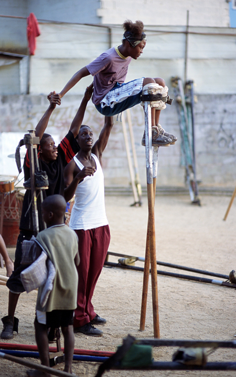 ht stefan falke balance jp 120523 vblog Above The Ground: Stilt Walking School in Trinidad