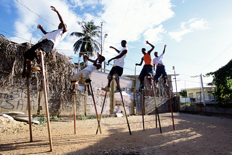ht stefan falke falling jp 120523 vblog Above The Ground: Stilt Walking School in Trinidad