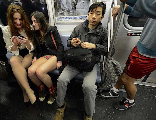 Фото в метро под юбкой