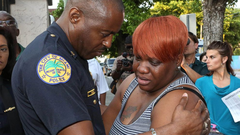 PHOTO: City of Miami Police Major Delrish Moss consoles Tramele Harris, mother of 16-year-old Richard Hallman, who was shot and killed recently in Overtown, March 26, 2015, in Miami.
