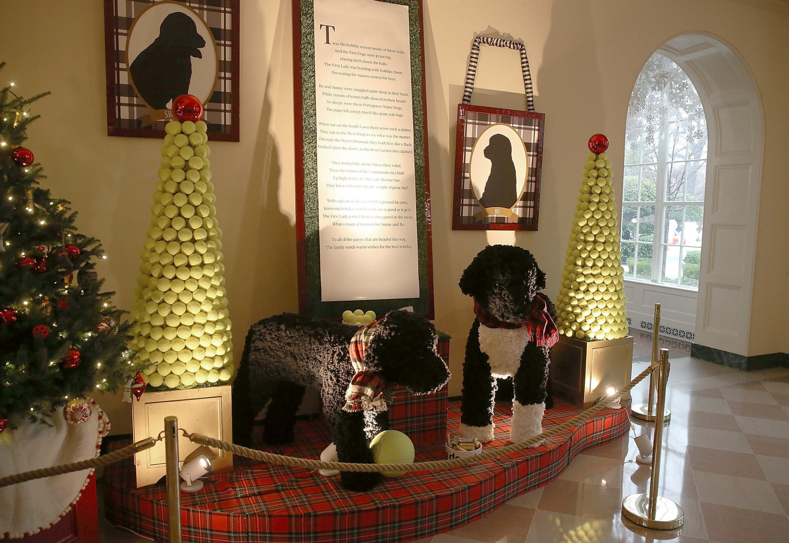 Holiday decorations at the white house are displayed during a press - A Display Of The Obama Family Dogs Bo And Sunny Are Seen During First Lady Michelle Obama S Preview Of The 2015 Holiday Decor At The White House Dec