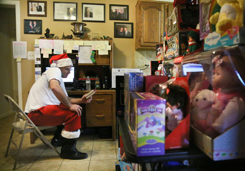 ap 05 santa clause sandy nt 121221 Superstorm Santa Claus Delivers Holiday Cheer to Children Living in Areas Hit by Sandy