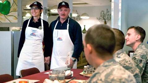 ap gabrielle giffords dm 111124 wblog Rep. Gabrielle Giffords Serves Thanksgiving Meal to Troops