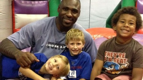 ht brandon jacobs kids jef 120622 wblog 49ers Brandon Jacobs Keeps Promise to Young Fan