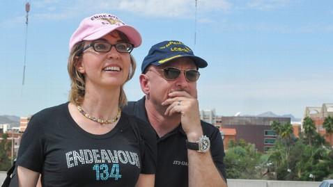 ht gabrielle giffords mark kelly ll 120920 wblog Space Shuttle Endeavour: Gabrielle Giffords, Mark Kelly Watch It Fly Over Tucson